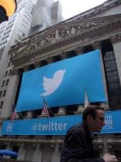 多くの利用者を獲得し、ニューヨーク証券取引所(NYSE)に上場したツイッター。ただその裏では「炎上」と呼ぶ爆発的に批判が集中する現象が相次ぎ起きている