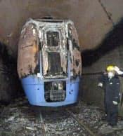 JR石勝線のトンネル内で燃えた特急列車「特急スーパーおおぞら」の最後尾車両=2011年5月28日午前、北海道占冠村(JR北海道提供、共同)