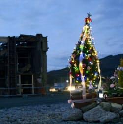 大震災から2年9カ月。宮城県女川町の七十七銀行女川支店跡地の祭壇に飾られたクリスマスツリー(11日)=共同