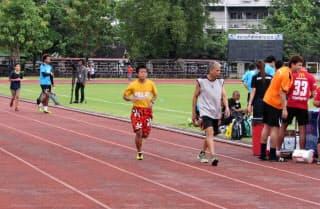 サッカーのタイ代表の練習の周りを一般の人らが走る