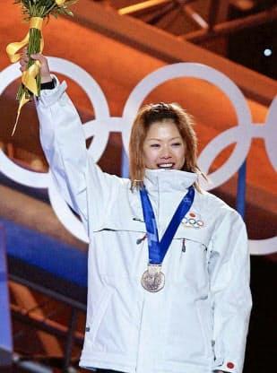ソルトレーク五輪の女子モーグルで獲得した銅メダルを胸に、表彰式で声援にこたえる里谷多英選手(2002年2月9日夜、ソルトレークシティー)