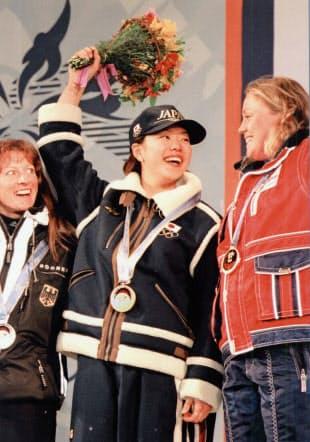 金メダルを胸に銀、銅の選手とともに笑顔の里谷多英選手(1998年2月11日、長野市内のセントラルスクエア)