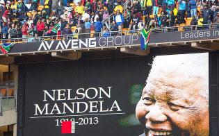 マンデラ元大統領の追悼式典の会場には大勢の参列者が集まった(10日、南アフリカ・ヨハネスブルク)=ゲッティ共同