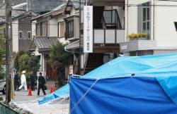 王将フードサービスの大東社長が射殺された本社前付近を調べる京都府警の捜査員(19日、京都市山科区)