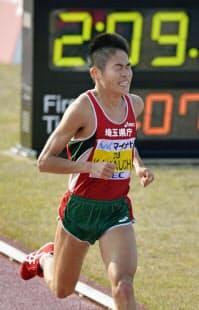 福岡国際マラソンで2時間9分5秒の3位でゴールする川内=共同