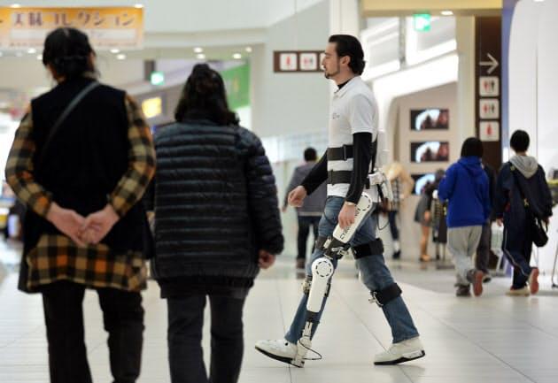 「HAL」を装着した研究員にショッピングセンターを歩いてもらった。社会生活にロボットがとけ込む光景が日常的に見られるようになるかもしれない(茨城県つくば市)