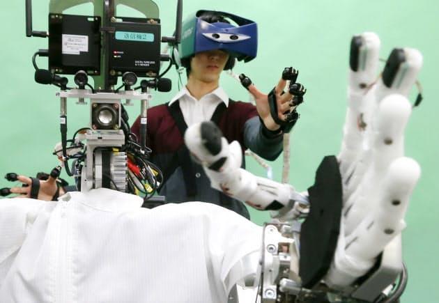 操縦者の動きに瞬時に同調する遠隔操作ロボットシステム「テレイグジスタンスFST」。通信に無線LANを使うため、インフラ環境さえ整えばどのような遠隔地でもロボットを操ることができる。「自動車の運転にも挑戦したい」と旭光電機の和田貴志取締役は語った