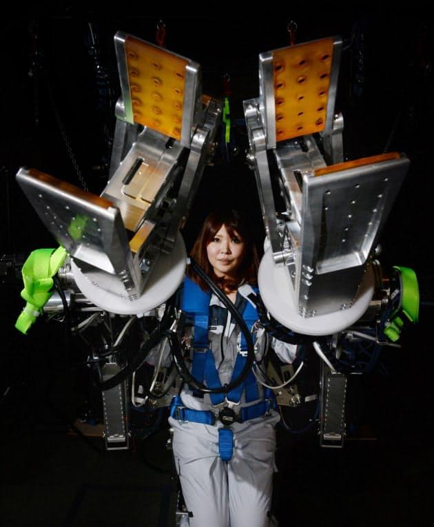 人間の手や脚の力を増幅する「パワーローダー」。軽い操作感で約100キログラムの重量物を持ち上げることができる(奈良市のアクティブリンク)