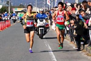 大会でトップ争いし、力走する川内選手(右)