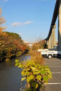 開業当時の姿を最もよくとどめている船場川沿い。約350メートルにわたり軌道が続く。
