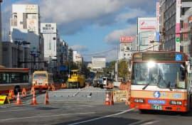 再開発が進むJR姫路駅北口。正面には改修中の姫路城の覆いが見える。