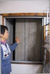 米田かすみさんの仕事場。窓の外に橋脚がある。