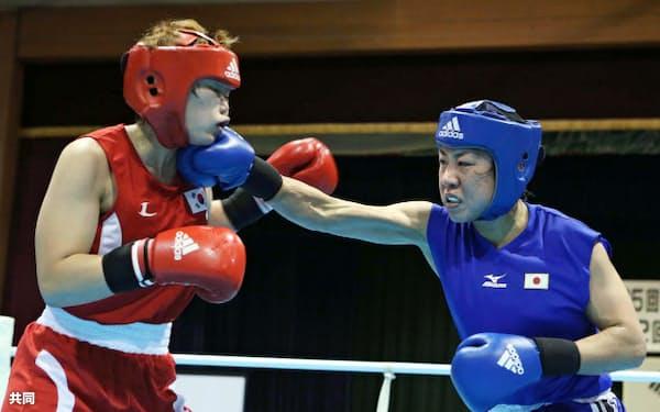 親善試合で韓国選手(左)を右で攻める山崎静代(23日、新潟県加茂市)=共同