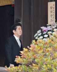 靖国神社を参拝した安倍首相(26日、東京・九段北)