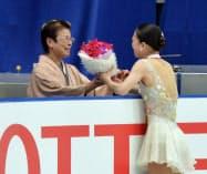 感謝の思いを込め、母親のケイ子さん(左)に花束を手渡した