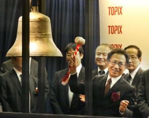 東証マザーズに上場し打鐘するHMTの菅野社長(12月24日、東証)