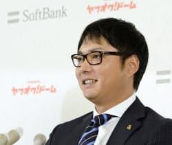 契約更改を終え、笑顔で記者会見するソフトバンク・摂津(27日、ヤフオクドーム)=共同