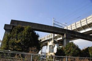山陽新幹線の高架をくぐるように造られたモノレールの軌道。