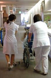 「看護師が足りない」とする病院が約半分に及ぶことが、全国の医療機関でつくる病院団体「四病院団体協議会」の調査でわかった。