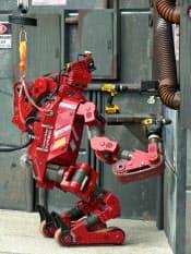 昨年12月の競技会でドリルを使って壁に穴を開けるチーム・タータン・レスキュー(米カーネギーメロン大)のロボット
