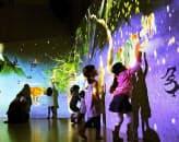 チームラボが昨年末に沖縄の百貨店で開催した「未来の遊園地」。壁に映る象形文字を触ると、物語が展開する
