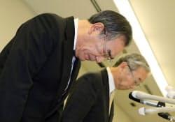 冷凍食品から農薬が検出された問題で、記者会見し謝罪するマルハニチロホールディングスの久代敏男社長(31日未明、東京都江東区)=共同