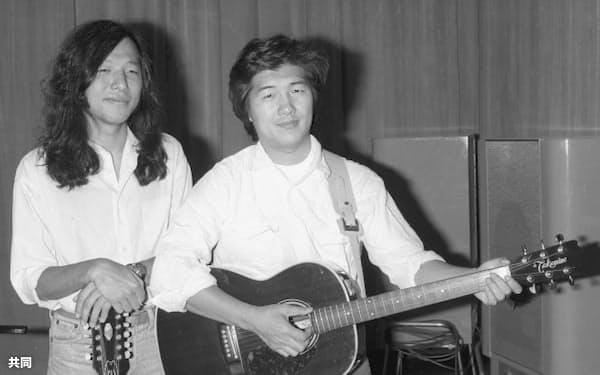 歌手の大滝詠一さん(右)が死去(1981年7月、都内のスタジオで山下達郎さんと)=共同