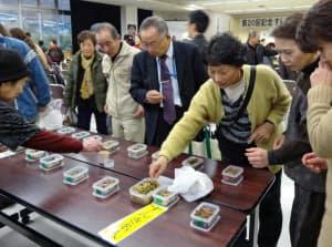 皆ですんきを食べ比べる(木曽町のすんきコンクール、13年12月)