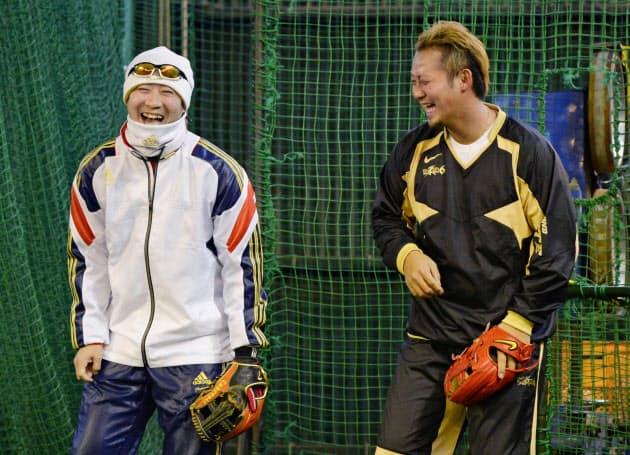 自主トレで笑顔を見せる阪神・西岡(左)と日本ハム・中田(8日、大阪府吹田市)=共同