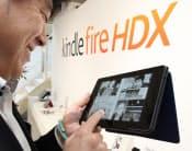 アマゾンの新型タブレット端末「kindle fire HDX」を手に取る人(東京都渋谷区)
