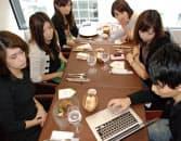 主婦の趣味サークルの昼食会に出向き、個人向け通販サイト開設サービス「STORES.jp」の説明をするブラケットの佐藤友祐マネージャー(右下)