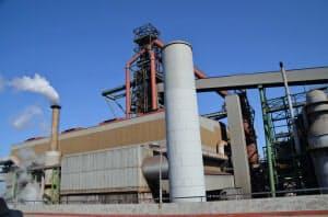 中国は高炉による鉄鋼生産が大半を占める(河北省の製鉄所)