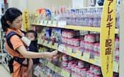 食物アレルギーに配慮したベビーフードなどが並ぶ店舗