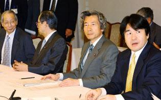 2002年9月20日、経済財政諮問会議に臨む小泉首相ら。小泉政権では、この会議が構造改革のエンジン役を果たした