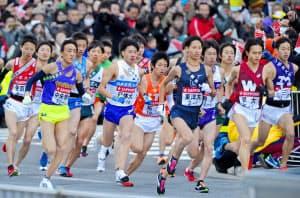 箱根駅伝でスタートした各大学の選手ら(1月2日、東京・大手町)