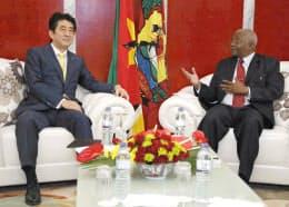 モザンビークのゲブザ大統領と会談する安倍首相(12日、マプト)=共同