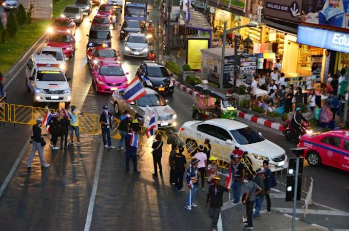 タイ、デモ隊が道路封鎖始める 大規模抗議行動へ: 日本経済新聞