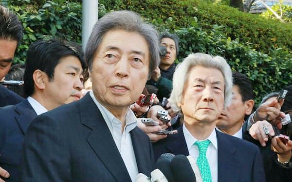 小泉元首相(右)との会談を終え、都知事選出馬を表明する細川元首相(14日、東京都港区)