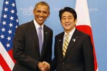 会談を前にオバマ米大統領(左)と握手を交わす安倍首相(2013年9月5日、ロシア・サンクトペテルブルク)=共同
