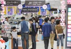 中国人観光客でにぎわう家電量販店(東京・秋葉原)