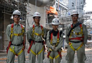 中野さん(右から2人目)ら、LNGプラントの現場に立つ日揮の新入社員