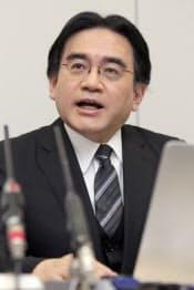 記者会見する任天堂の岩田社長(17日、大証)