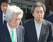 14日、即席会見で肩を並べた小泉元首相(左)と細川元首相(東京都港区)