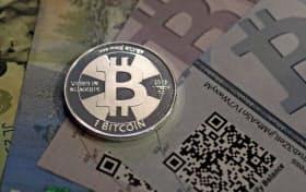 急速に普及した仮想通貨の「ビットコイン」。値動きが激しい