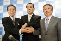 24日の会見の後、握手する(左から)旭化成の伊藤会長、浅野次期社長、藤原社長