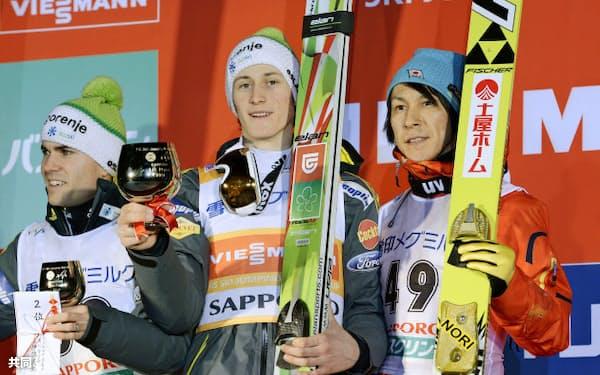 今季4度目の表彰台となる3位に入った葛西紀明(右)。中央は優勝したペテル・プレブツ(25日、大倉山)=共同