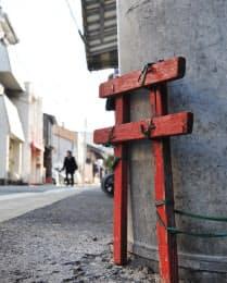 電柱に取り付けられた「小鳥居」は、実は立ち小便を防止するため(京都市東山区)