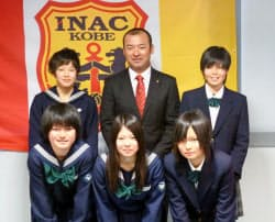 INAC神戸の新体制を発表した前田浩二新監督(後列中央)。後列右はDF三宅史織(29日、神戸市)=共同