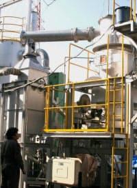 右側の炉で間伐材などを炭化し、左側の装置で水蒸気と反応させる(高橋製作所の水素ガス発電設備)