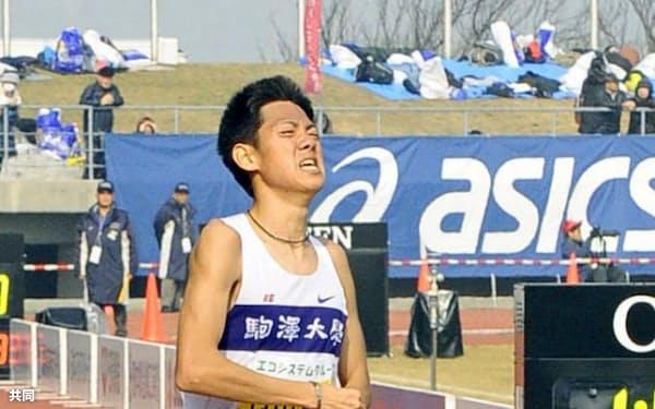 日本歴代3位となる1時間0分50秒でゴールする、男子2位の村山謙太(2日、香川県立丸亀競技場)=共同